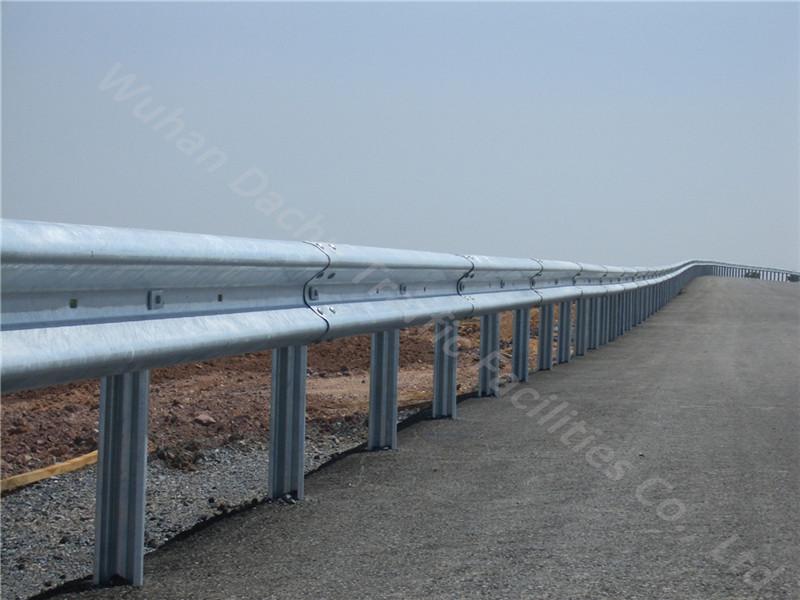 Barrière de sécurité en métal avec poutre en W pour autoroute